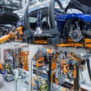 Die Autoindustrie steht vor einem Umbruch: Audi will in den kommenden Jahren zahlreiche Modelle elektrifizieren, für die Mitarbeiter gibt es entsprechende Qualifizierungsangebote.