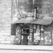 33 Fotos von Max Julius Sayle werden ab 1. März im Marstallfoyer zu sehen sein – dazu zählt auch dieses Bild eines Neuburger Kiosks.