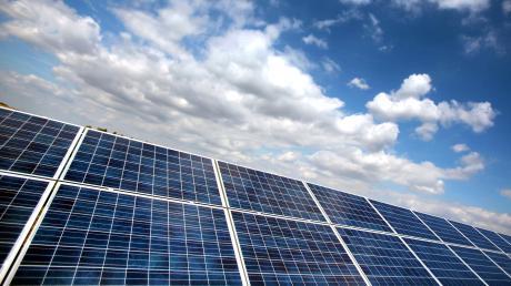 Steht eine solche Photovoltaik-Anlage bald im Gemeindegebiet von Königsmoos? Einige Gemeinderäte äußern Bedenken.