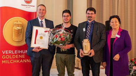 Kilian und Hans-Josef Landes (Mitte) wurden von Christian Schramm, dem Leiter des Milcheinkaufs bei Zott, und der geschäftsführenden Direktorin Christine Weber für seine nachhaltige Milchwirtschaft ausgezeichnet.