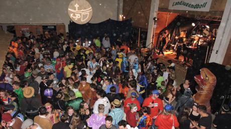 """Die Stimmungs- und Showband """"SOS"""" heizte den Tanzwütigen im Ortlfinger Faschingstempel Lösch-Halle kräftig ein."""