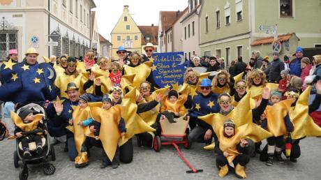 Der Veranstalter des Umzugs, die Fidelitas, war gleich mit sechs Gruppen und zwei Prinzenpaaren mit dabei. Hier die Gruppe der Sterne.