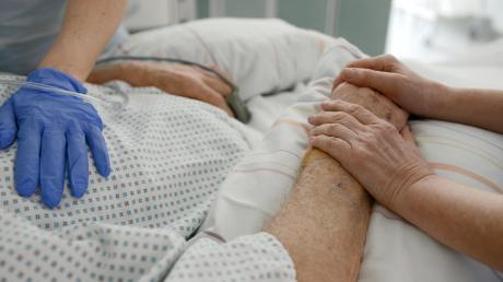 Bisher hat der umstrittene Paragraf 217 des Strafgesetzbuches eine assistierte Sterbehilfe nahezu verhindert. Eine Unterliezheimerin hätte sich das für ihren Mann gewünscht.