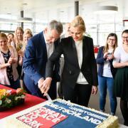 Zur Feier des Tages gibt es Kuchen: Peter Heilmeier, Mitglied der Geschäftsleitung, und Standortpersonalleiterin Elke Renz schnitten das erste Stück an.