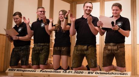 Die Vorstandsmitglieder des Klingsmooser Mädchen- und Burschenvereins mussten erst auf einem kantigen Balken Buße tun, ehe die Grimolzhausener der Patenschaft zustimmten.