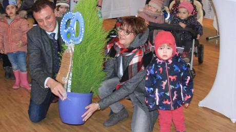 Von den Kindern und den Angestellten der Kinderoase gab es als Geschenk eine Thuja-Pflanze.