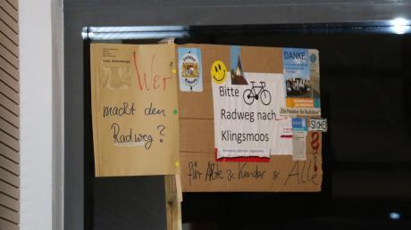 Dieses Schild hielt ein Ehekirchener in der Gemeinderatssitzung am Dienstag in die Höhe.