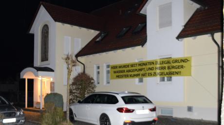 """An diesem Haus hing für 24 Stunden ein Plakat mit der Aufschrift: """"Hier wurde seit Monaten illegal Grundwasser abgepumpt, und Herr Bürgermeister Kumpf hat es zugelassen!!"""""""