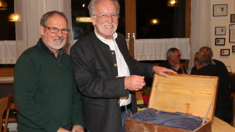 Roman Huber (links) ist neuer Vorsitzender des Heimatvereins Ehekirchen. Er übernimmt das Amt von Georg Zett.