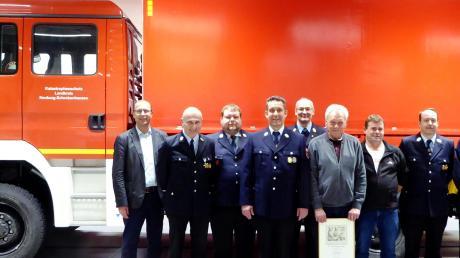 Jörg Schulz (4. von links; geehrt für zehn Jahre aktiver Feuerwehrdienst), Helmut Brand (7. von links; geehrt für 30 Jahre) und Karl Klink (2. von rechts; geehrt für 40 Jahre) im Kreise der Feuerwehr-Führungsspitze.