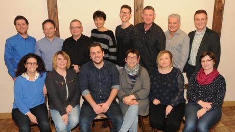 Die Rennertshofener Theaterfreunde haben einen neuen Vorstand gewählt. Um Vorsitzende Claudia Riedelsheimer und ihren Stellvertreter Dominik Winkler (vorne Mitte) scharen sich weitere elf Mitglieder der Vereinsführung. Hinten rechts steht Bürgermeister Georg Hirschbeck.