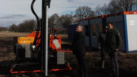 Berg im Gaus Bürgermeister Helmut Roßkopf (links) rammt den ersten Pfosten für den Solarpark Schornhof in den Moosboden bei Oberarnbach. Rechts daneben freut sich Anumar-Geschäftsführer Markus Brosch über den Baubeginn.