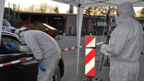 """In einem """"Drive-in"""" auf dem Gelände des Kreisbauhofs nahm das Gesundheitsamt Neuburg-Schrobenhausen am Sonntag Abstriche von Personen, die zusammen mit einem an Corona erkrankten Schüler auf einer Party waren."""
