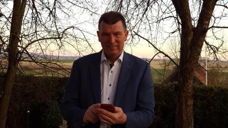 Günter Gamisch (FW) verfolgte die Kommunalwahl teilweise in seinem Garten.