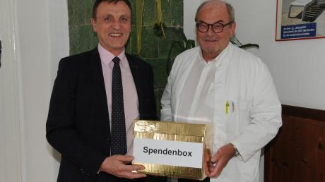 Georg Hirschbeck übergibt seine Spendenbox an Lutz Mayer vom Förderverein der First Responder.