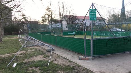 Der Bauzaun, der als unübersehbare Sperre eines Spielfeldes im Ostend aufgestellt werden musste, wurde mutwillig zerstört.