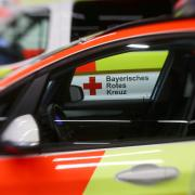 Bei Sägmühl kommt ein 70-Jähriger mit seinem Auto von der Straße ab und prallt gegen zwei Bäume. Die Einsatzkräfte kämpfen um sein Leben.