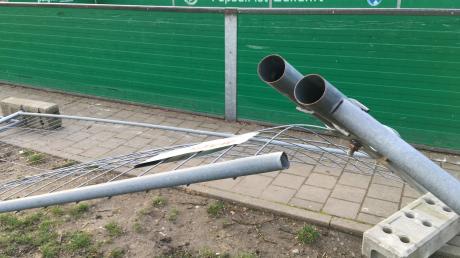 """Der Bauzaun um das Spielfeld im Ostend wurde wohl absichtlich zerstört. """"Nicht von uns"""", betonen zwei 23-Jährige."""