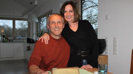 Ralph Bartoschek mit seiner Frau Anne in ihrem Haus in Bittenbrunn.