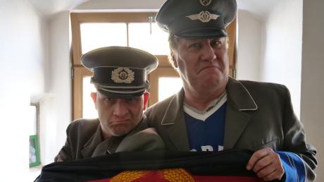 Sepp Egerer und Jörg Sachse geben als Stasi-Mitarbeiter Dienstanweisungen, wie sich die Bevölkerung in Corona-Zeiten zu verhalten hat.