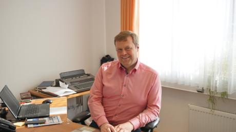 Michael Lederer, neugewählter Bürgermeister, an seinem Arbeitsplatz. Er hat die Amtsgeschäfte in Karlshuld vorübergehend schon übernommen.