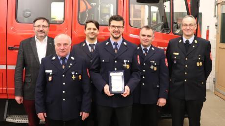 In Oberhausen hat Michael Jungwirth (Mitte) das Feuerwehr-Ehrenzeichen in Silber für 25 Jahre aktiven Feuerwehrdienst erhalten.