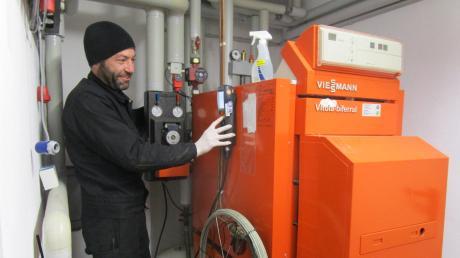 Handwerker wie Thomas Beck, der im Raum Neuburg als Kaminkehrer arbeitet, müssen in Zeiten der Corona-Krise weiterarbeiten.