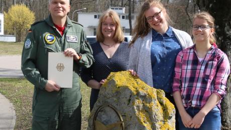 Töchter Elisabeth und Ulrike und Frau Kathrin (v.r.) gratulierten Gordon Schnitger zuerst.