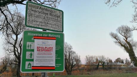 Überall in der Stadt gibt es Hinweisschilder, die auf die Ausgangsbeschränkungen hinweisen.