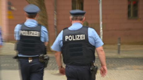 Die Polizei kontrolliert die Ausgangsbeschränkungen.