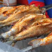 Aufgespießt und über dem offenen Feuer resch gegrillt: So werden aus Forellen und Makrelen würzige Steckerlfische. Wegen der Ausgangsbeschränkungen dürfen dieses Jahr an Karfreitag allerdings keine verkauft werden.