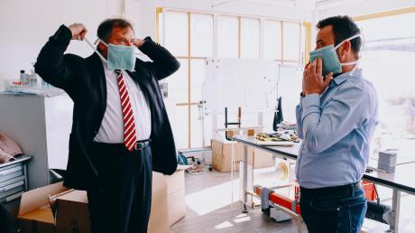 Oberbürgermeister Bernhard Gmehling (links) informierte sich über die Produktion von Schutzmasken.
