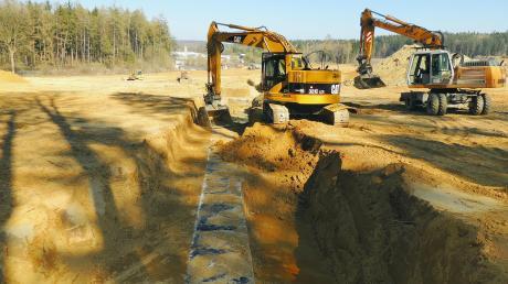 Bagger und Raupen planieren den künftigen Sonax-Standort auf dem rund zehn Hektar großen Gelände im Forst bei Oberhausen. Im Vordergrund ist ein Leitungsschacht aus dem Tanklager in der Zeit des Dritten Reiches zu sehen.