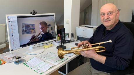 Trompeter Fabian Heckel von der Bläserklasse der Grundschule Rennertshofen nimmt jetzt seinen Instrumentalunterricht online. Lehrer Reichl hört sich sein Vorspiel an.