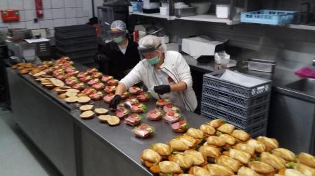 Unter schärfsten Hygienemaßnahmen produzieren Mitarbeiter Sandwiches, die an Unternehmen und ans Donauwörther Krankenhaus geliefert werden