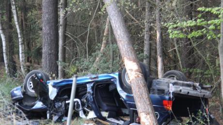 Das Auto des Manchingers überschlug sich und prallte gegen mehrere Bäume. Der Fahrer starb noch an der Unfallstelle.