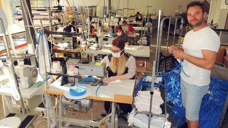 Die Nähmaschinen von Arnold Fischer (rechts) stehen nicht still. Seine fleißigen Frauen fertigen in seinem Betrieb in Burgheim 40.000 Masken täglich – und es ist noch kein Ende in Sicht.