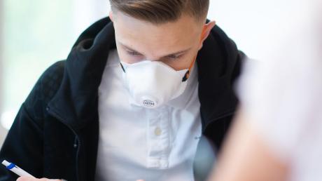 Am Descartes-Gymnasium bittet der Schulleiter darum im Unterricht Masken zu tragen.