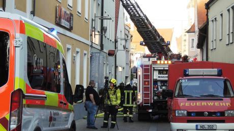 Die Neuburger Feuerwehr wurde am Donnerstagabend zu einen Einsatz in die Weinstraße gerufen. Ein Gebäude hatte Feuer gefangen.