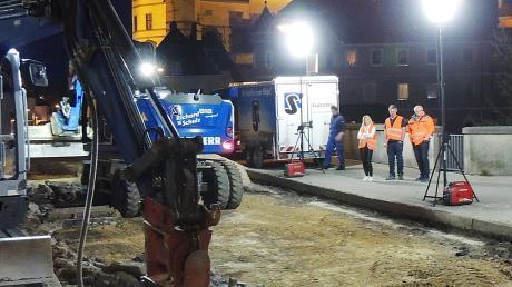 Brückenbau um Mitternacht: Bagger meißeln den kaputten Unterbau der Einfahrt vor der Leopoldineninsel weg.