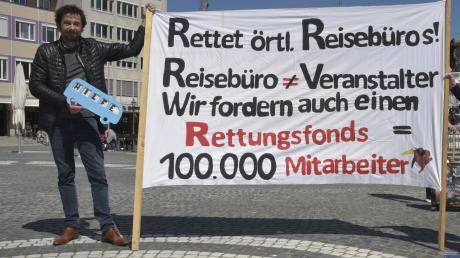 Margarete und Thomas Felbier vom Touristikunternehmen Spangler sind nach Augsburg gefahren, um dort an einer Demo auf dem Rathausplatz teilzunehmen. In der Tourismus-Branche arbeiten in Deutschland fast drei Millionen Menschen.