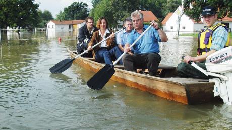 Rudolf Peterke (2. von rechts) mit Christine Haderthauer 2005 beim Hochwasser in Straß-Moos.