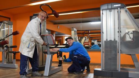 Hans Dünstl und sein Sohn Michael haben die Zeit des geschlossenen Fitnessstudios im Rödenhof genutzt, um es auf Vordermann zu bringen. Wann es wieder öffnen darf, weiß niemand so genau.