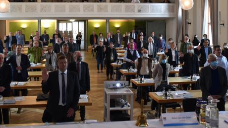 27 der 60 Kreisräte wurden neu in das Gremium gewählt und wurden am Donnerstag vereidigt. Die Sitzung fand im Kolpinghaus statt, wo der Mindestabstand gewahrt werden konnte.