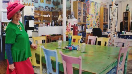 Die Künstlerin Ute Patel-Mißfeldt in der Rizzi-Ausstellung im Schloss.
