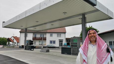 Herbert Klink ist ganz offensichtlich Tankstellenbesitzer mit Leib und Seele. Für die Eröffnung seiner Tankstelle in Wagenhofen am 1. Juni will er sich in dieses arabische Gewand werfen.
