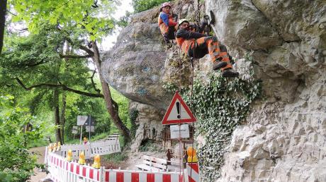 Die Spezialisten aus dem österreichischen Villach haben ihre Kletterarbeit am Arcofelsen beendet.