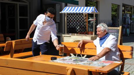 Anis Chaalali (links) bedient seit Montag wieder Gäste im Außenbereich.