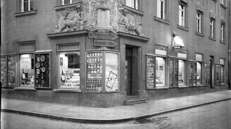 """Die Aufnahme von Max Julius Sayle von 1957 zeigt die Buchhandlung Rohr, auch als """"Rohreck"""" bekannt. Diese und weitere Aufnahmen sind in der Neuauflage der Sayle-Ausstellung im Rathausfletz Neuburg zu sehen."""