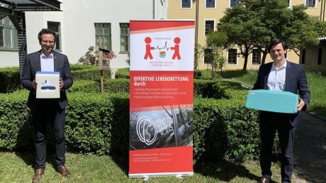 """Landrat Peter von der Grün (links) und Holger Koch nahmen die Spende des Fördervereins """"Menschen helfen – Leben retten"""" entgegen."""